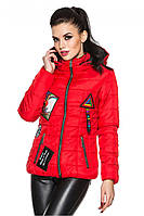 Красная женская стеганая стильная демисезонная короткая куртка с нашивками и капюшоном. Арт-2356/61