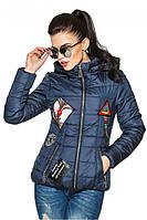 Темно-синяя женская стеганая стильная демисезонная короткая куртка с нашивками и капюшоном. Арт-2356/61
