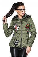 Женская стеганая стильная демисезонная короткая куртка с нашивками и капюшоном. Арт-2356/61