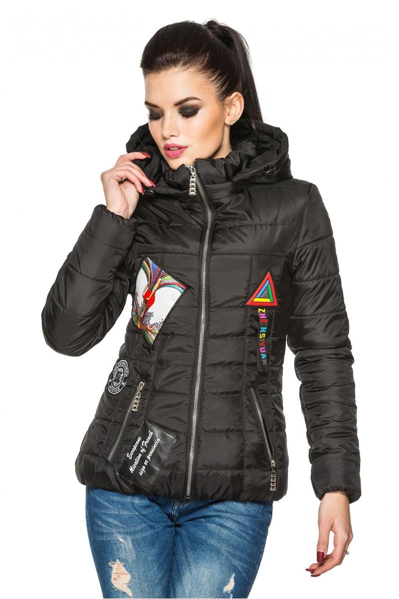 47167eba753 Черная женская стеганая стильная демисезонная короткая куртка с нашивками и  капюшоном. Арт-2356