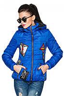 Синяя женская стеганая стильная демисезонная короткая куртка с нашивками и капюшоном. Арт-2356/61