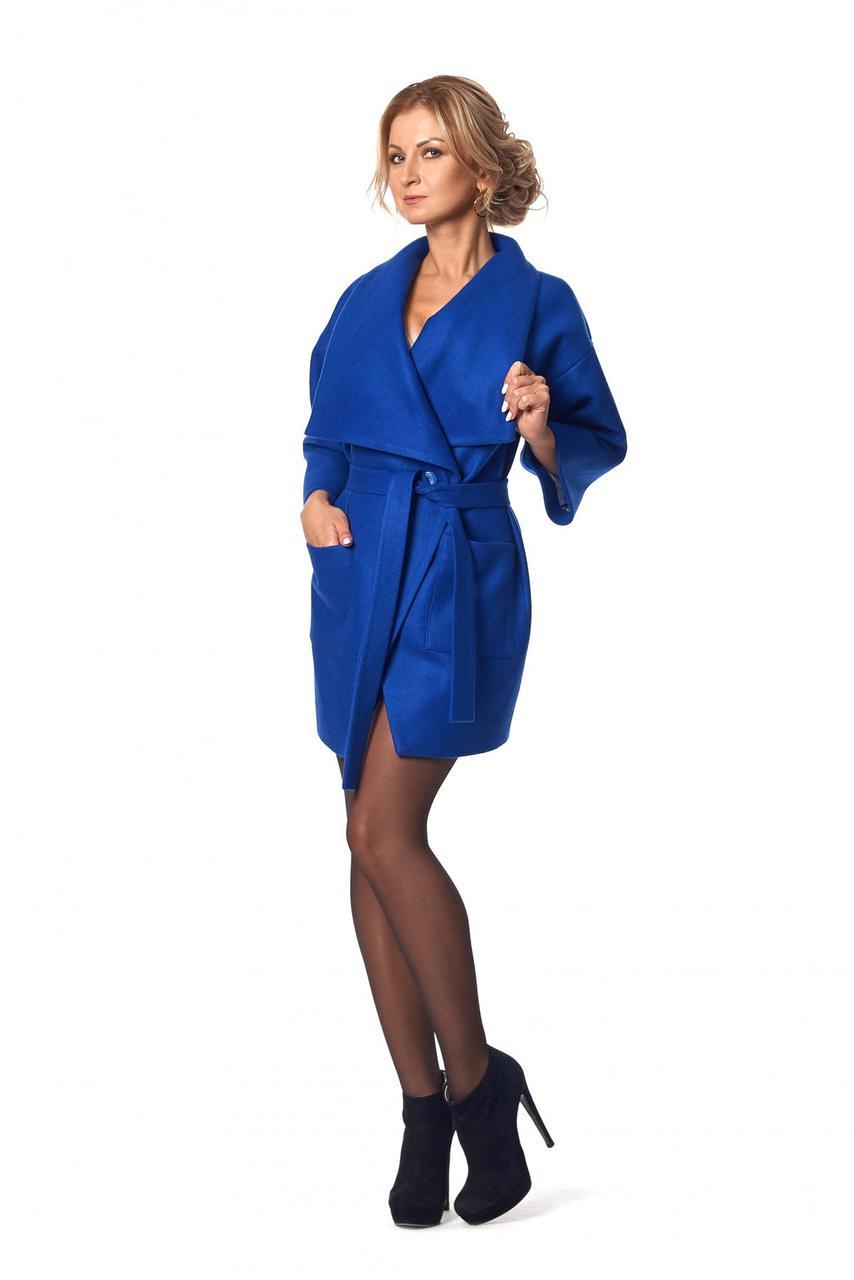 Элегантное женское пальто с отложным воротником цвета электрик