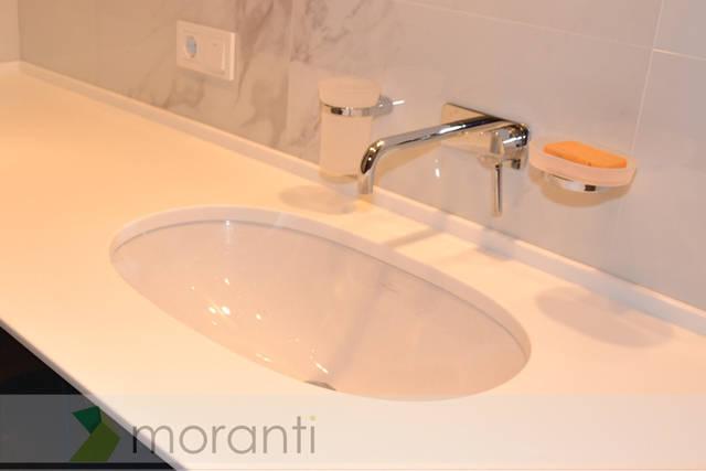 Пример установки керамической мойки под искусственный камень в ванной комнате.