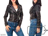 Женская куртка кожзам на запах с заклепками