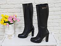 Сапоги женские из натуральной кожи-флотар черного цвета на молнии с ремешком из черной кожи на устойчивом каблуке, Коллекция осень-зима, М-410