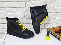 Высокие кеды на шнуровке из натуральной кожи черного цвета  на черной подошве с ярко желтыми шнурками, Коллекция Весна-Лето 2017, Б-430