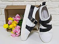 Кеды из натуральной кожи белого цвета в комбинации с черным кожаным ремешком на утолщенной белой подошве, Коллекция Весна-Осень, Т-17022