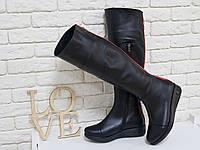 Сапоги-ботфорты из натуральной кожи классического черного цвета со вставками из яркой кожи красного цвета и металлической фурнитурой на утолщенной