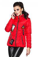 Молодежная демисезонная куртка с ультрамодными лейблами красного цвета