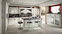 Белая кухня в классическом стиле с фрезерованными МДФ фасадами