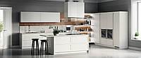 Белая кухня с рамочными фасадами и механизмом push-to-open