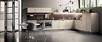 Светлая компактная кухня с рамочными фасадами
