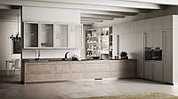 Кухня в бежевых тонах со стеллажами и механизмом открывания push-to-open