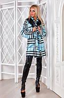 Стильное кашемировое пальто с мехом на воротнике.