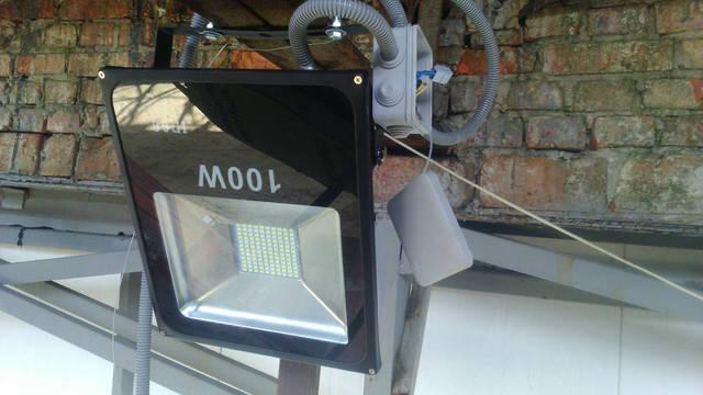Прожектор крепился без сверления несущей конструкции.