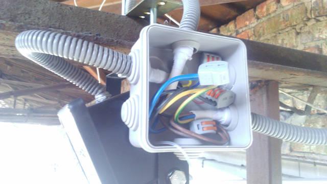 Коробка крепилась на кронштейн прожектора.