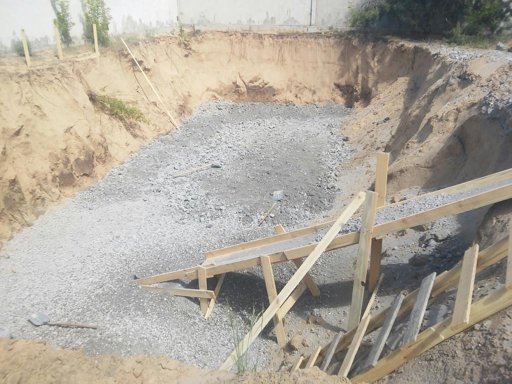 Подготовительные работы завершены, пора заливать бетон для чернового слоя.