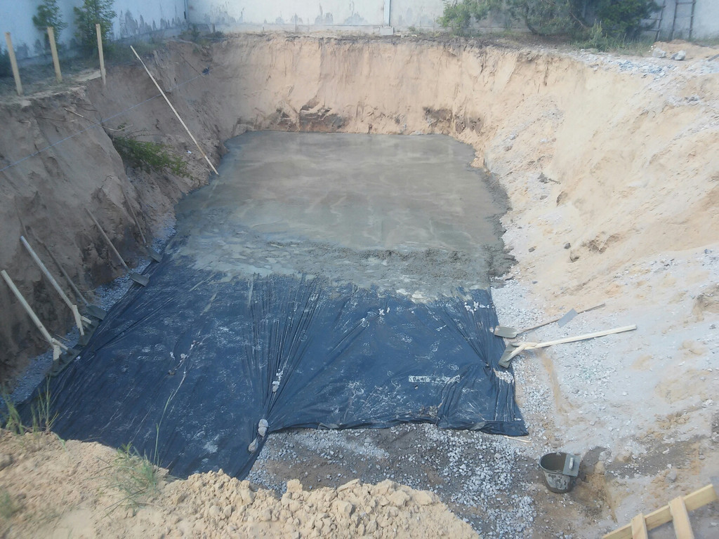 Между подсыпкой и бетоном прокладывалась строительная плёнка для предотвращения потери бетонной смесью влаги.