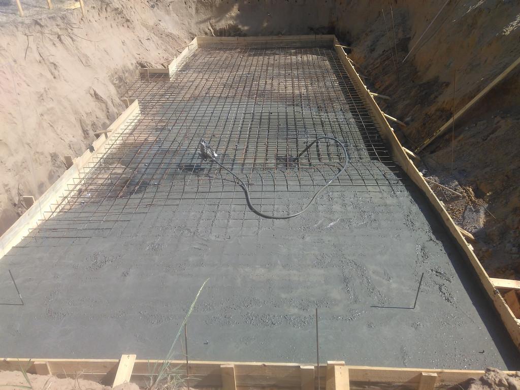 Начало приёма бетона, уплотнение глубинным вибратором.