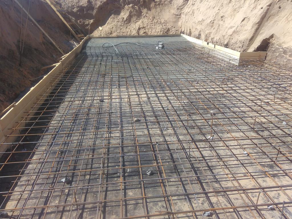 """Каркас находится на """"защитном слое"""", то есть нижний слой арматуры в 30-40 мм от уровня чернового бетона."""