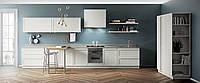 Белая кухня с полками и механизмом открывания push-to-open