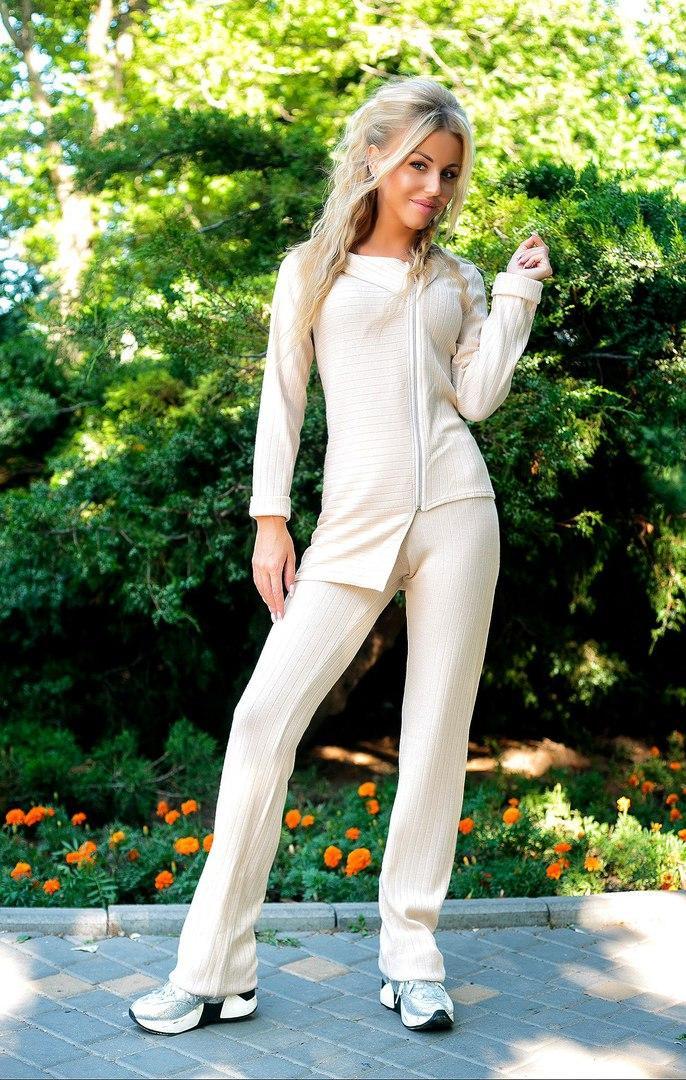 Вязанный костюм асиметричная кофта и штаны.