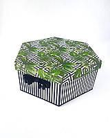 Большая шестиугольная подарочная коробка ручной работы в тёмных тонах с зелёным папоротником и белыми ромбами