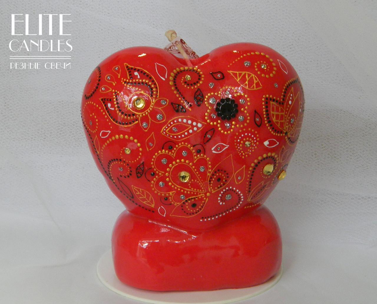 Свеча формы сердца красного цвета с красивым интерьерным рисунком