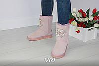 Стильные замшевые угги розового цвета в стиле известного бренда
