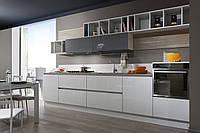 Комбинированная кухня с открытыми стеллажами