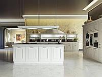 Белая классическая кухня с островом