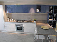 Кухня с открытыми стеллажами и механизмом push-to-open