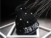 Вязаная черная шапка с бусинами