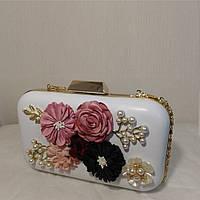 Сумка-клатч белая с объемными цветами