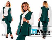 Стильный женский костюм из жилетки с поясом и облегающих брюк зеленый