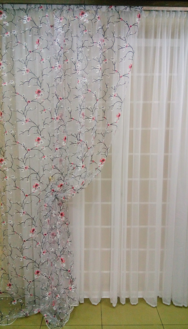 """Готовый комплект тюлейс современным модным орнаментом ― """"Сакура"""" с красными цветами."""