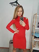Красное трикотажное платье-гольф