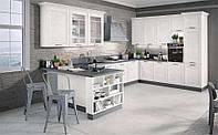 Белая угловая кухня с рамочными фасадами в классическом стиле