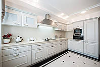 Белая классическая угловая кухня