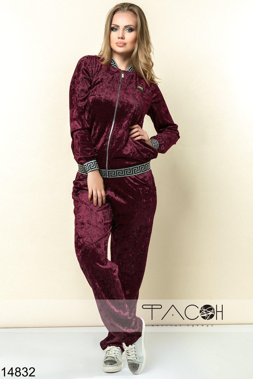 Оригинальный велюровый костюм: кофта и штаны.