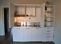 Маленькая белая закрытая кухня
