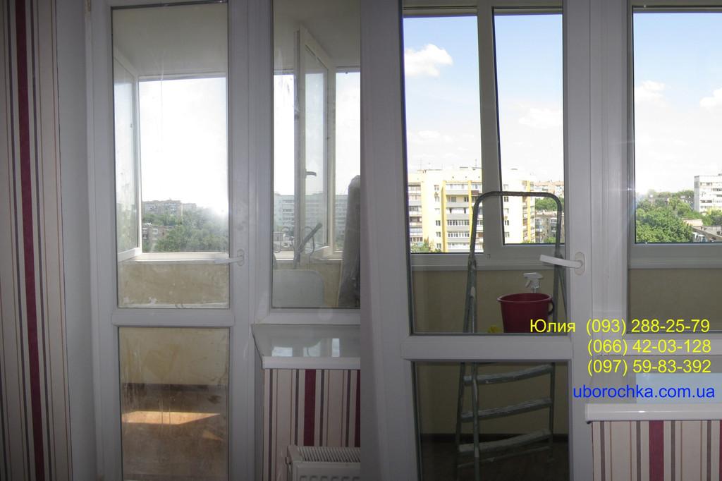 Удаление строительной пыли, следов клея, скотча и водоэмульсионной краски с балконного блока. Пример до уборки и после.