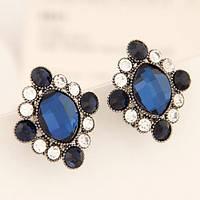 Серьги гвоздики с крупным синим камнем и черно-белыми стразами по кругу