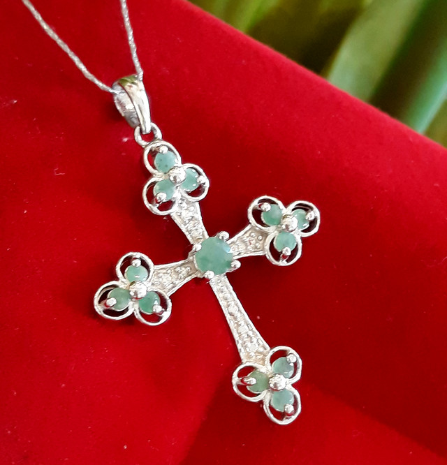 Серебряный крестик с изумрудом картинка 2