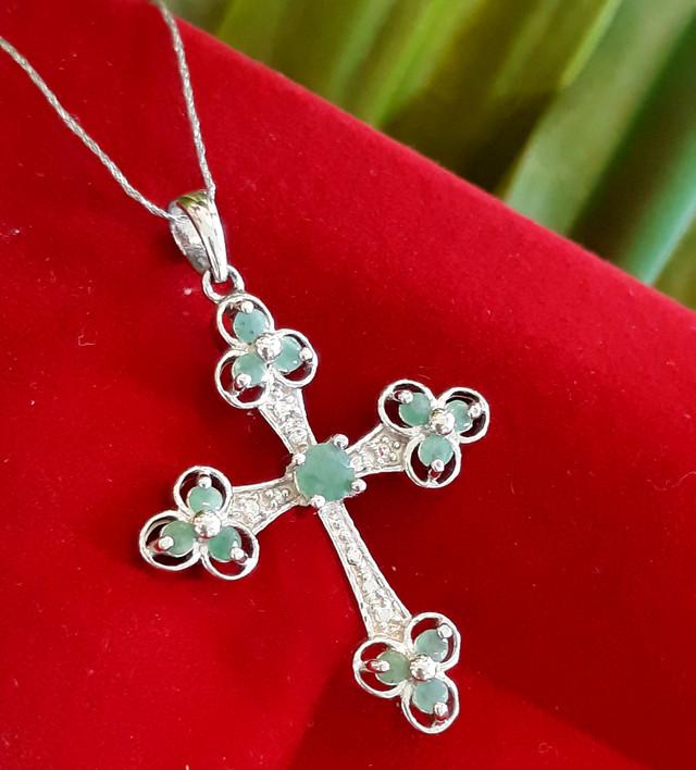 Серебряный крестик с изумрудом картинка 3