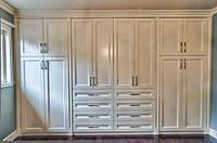 Классический бежевый распашной шкаф с выдвижными ящиками