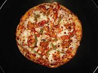 Пицца с зеленым перцем и копченым сыром