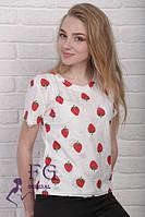 Светлая футболка с клубникой о 42 - 46 размер