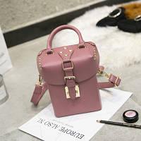 Маленькая женская прямоугольная сумка Бочонок с заклепками розовая