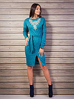Раскошное нарядное платье украшено вышивкой на груди с поясом